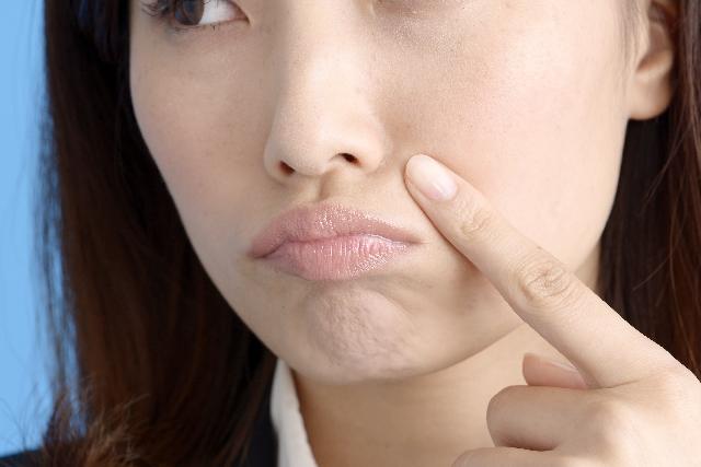 ほうれい線の原因は顔のコリ!?マッサージでコリをほぐせば美顔器いらず!